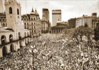 Plaza-de-mayo.-Vuelta-de-la-democracia